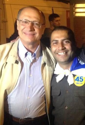 """Geraldo Alckmin com Roney Glauber, o administrador da página """"Devolve Minha Escola"""". (Foto: Reprodução/Facebook)"""