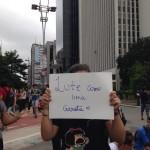 """""""Lute como uma garota"""" nos cartazes das alunas secundaristas que apoiavam o ato: """"Estamos com os trabalhadores"""""""