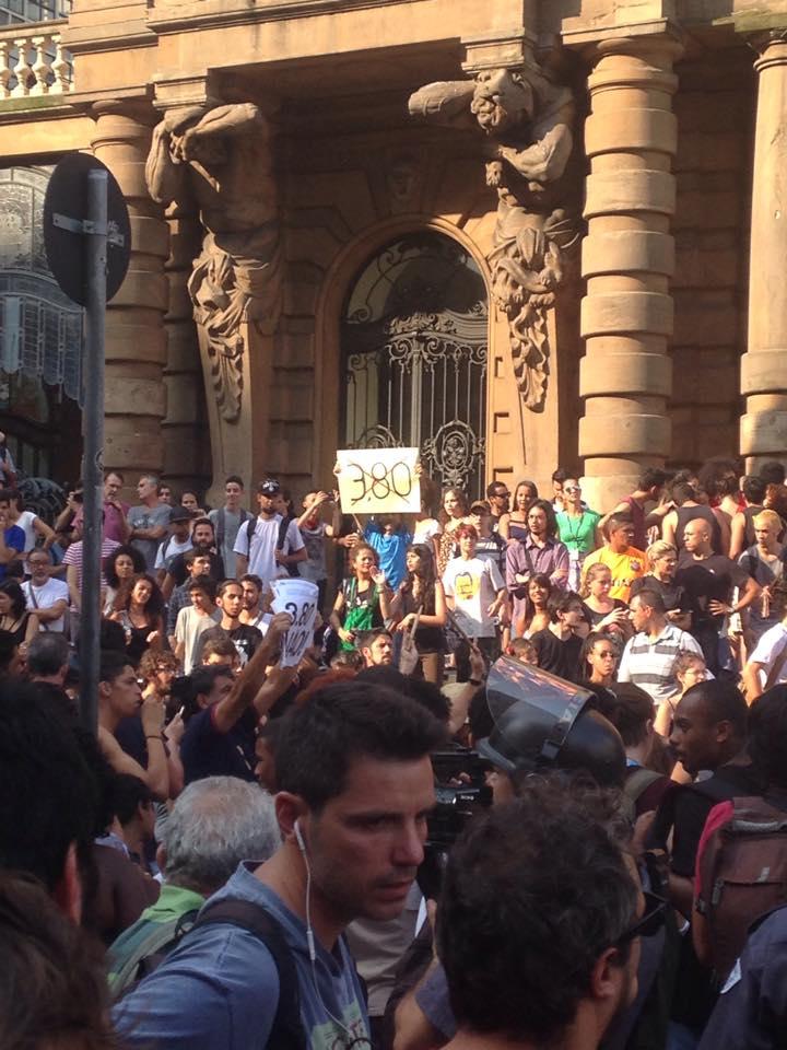 A concentração em frente ao Theatro Municipal reuniu diversas militâncias