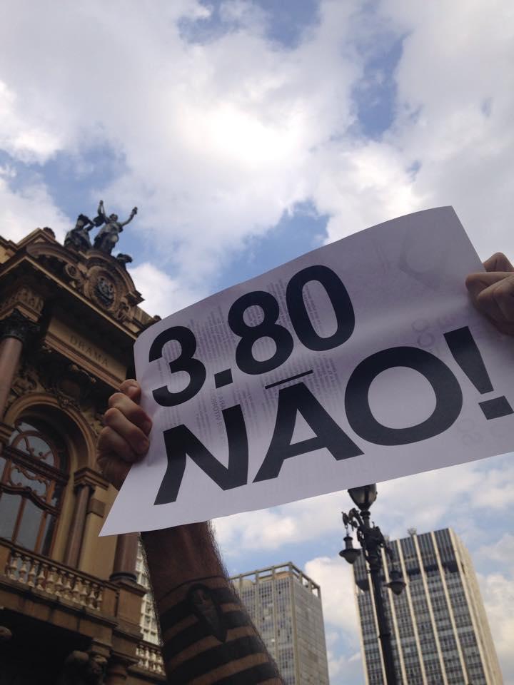 """Os cartazes de """"3,80 não"""" foram distribuídos aos participantes. Na parte de trás, explicações sobre o ato"""
