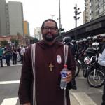 """O irmão Agostinho, da Comunidade Vozes dos Pobres, em protesto: """"Nós temos o direito de nos manifestarmos, embora esse direitosempre seja visto como subversivo"""""""