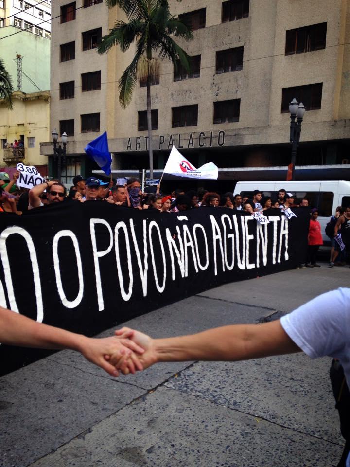 """No cordão do ato, uma mensagem: """"O povo não aguenta"""""""