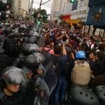 """No início do ato, manifestantes tentam romper o cordão da polícia: """"Deixa passar a revolta popular"""""""