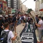 """O MPL coloca a faixa de abertura da manifestação aos pés dos PMs: """"Temos o direito de ir e vir"""""""
