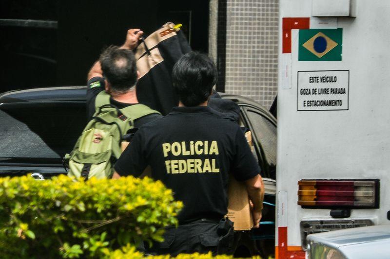 Brasília - A Polícia Federal (PF) deflagrou na manhã de hoje (25) a 6ª fase da Operação Zelotes. Os policiais estão nas ruas para cumprir 20 mandados de condução coercitiva, quando a pessoa é levada à delegacia para prestar depoimento e, em seguida, é liberada; e 18 de busca e apreensão, além de duas oitivas autorizadas judicialmente no Complexo da Papuda, em Brasília. (Marcello Casal Jr/Agência Brasil)