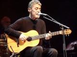 Chico Buarque assina carta aberta pedindo renúncia de ministro da Cultura na Argentina
