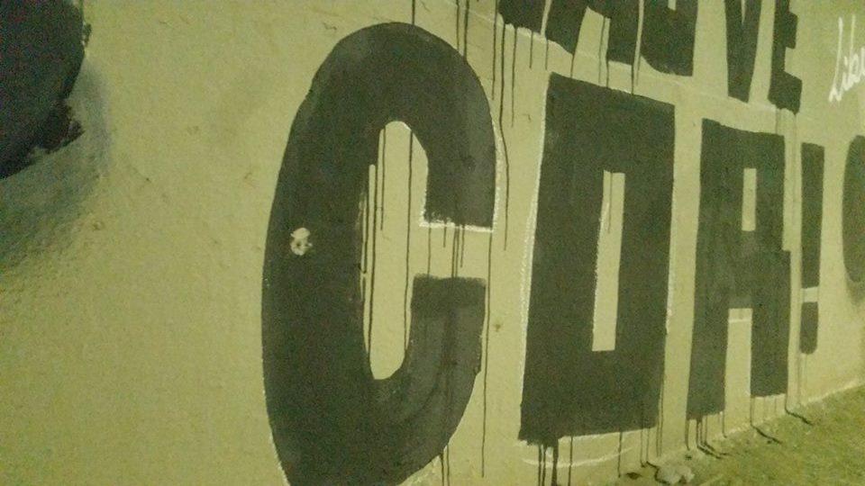 """Disparo atingiu a letra """"C"""" da palavra """"Cor"""", parte de sua obra que ainda está em andamento. (Foto; Arquivo Pessoal)"""