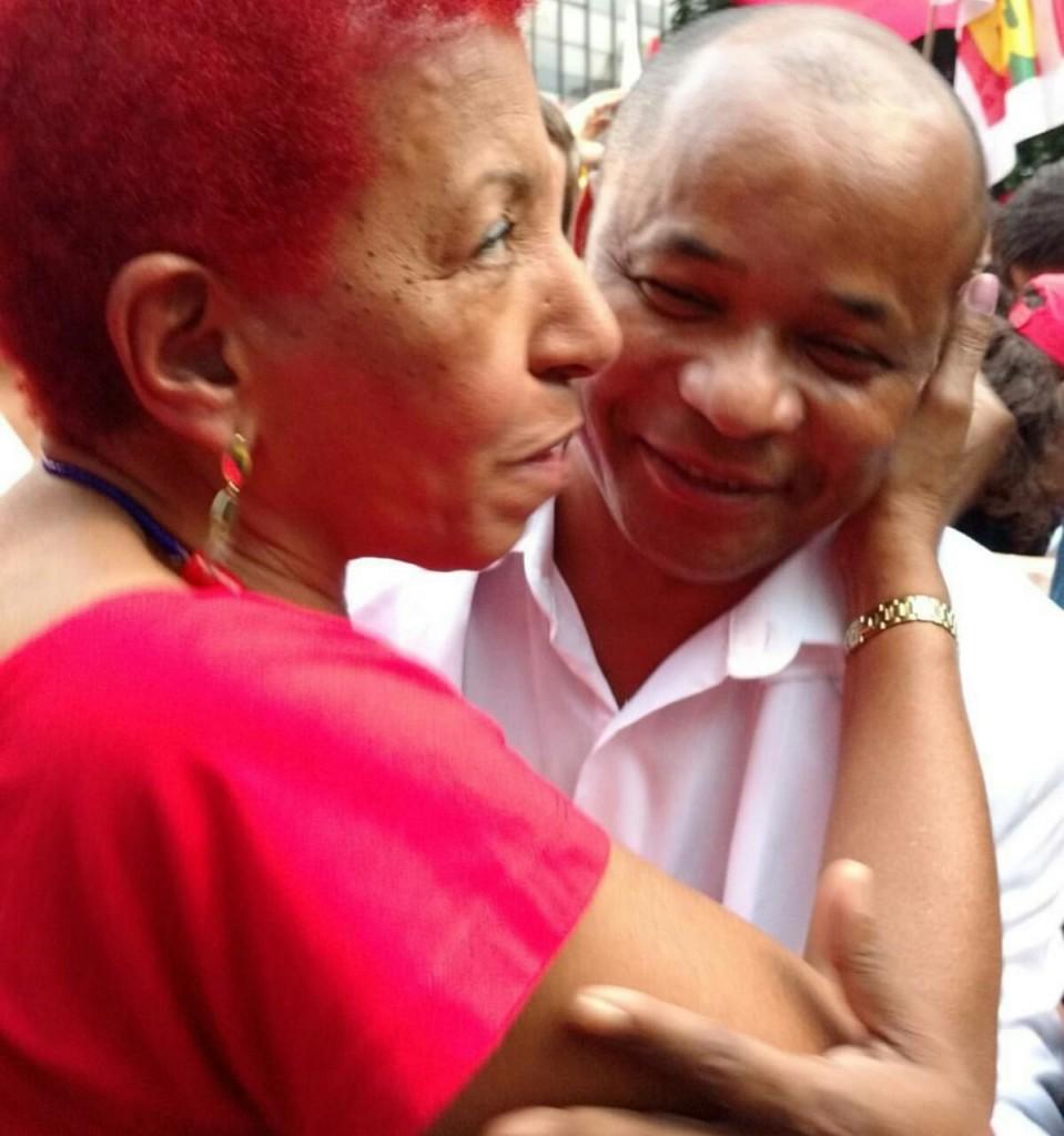 Leci Brandão, que também é deputada estadual (PCdoB), marcou presença na Avenida Paulista (foto: Maria Frô)
