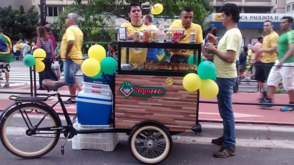 O Habbib's, restaurante que fez campanha para a manifestações, colocou carrinhos do Ragazzo para vender coxinhas ao longo do ato. (Foto: Ivan Longo)