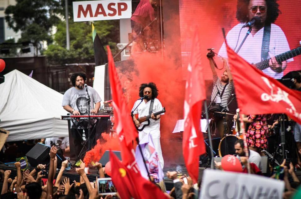 Chico César canta na Avenida Paulista (foto: Mídia Ninja)