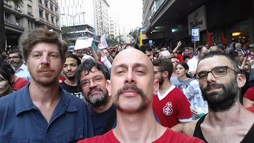 O ator e diretor de cinema Cristian Verardi, na manifestação em Porto Alegre (foto: reprodução)
