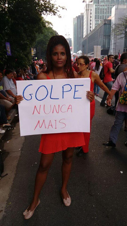 A pesquisadora e ativista dos direitos da mulher Djamila Ribeiro também se manifestou contra o golpe (foto: reprodução)