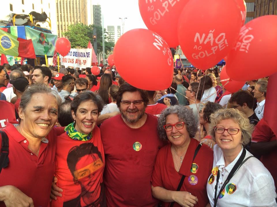 O ator Celso Frateschi esteve ao lado de outros militantes na Avenida Paulista (foto: reprodução)