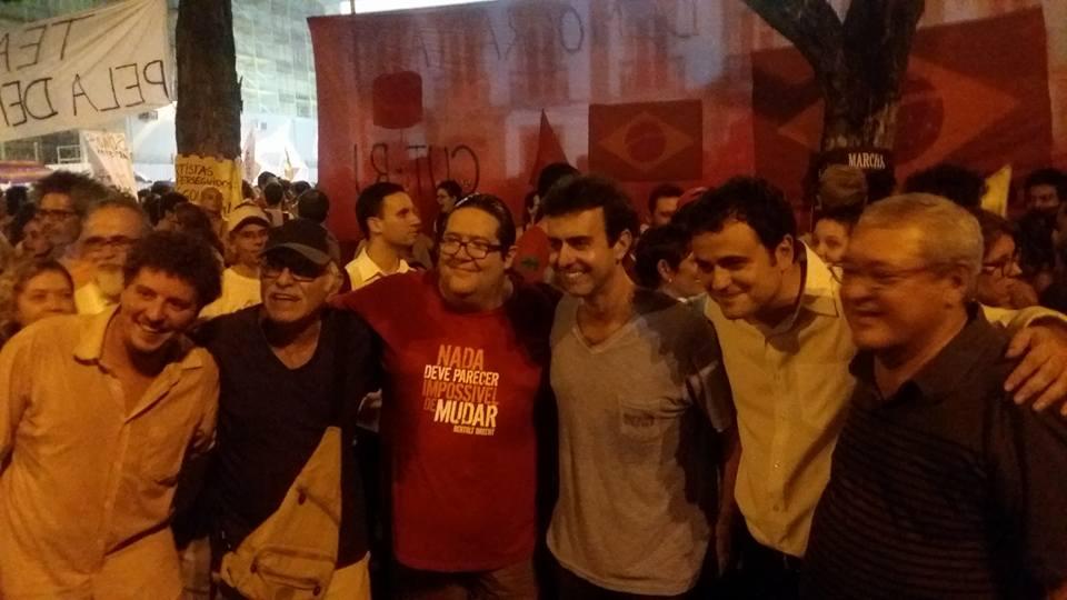 """Integrantes do PSOL, Milton Temer, Tarcísio Motta, o deputado estadual Marcelo Freixo, o federal Glauber Braga e Cid Benjamin """"na luta contra o golpe"""" (foto: reprodução)"""