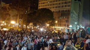 Do lado de fora, centenas de pessoas viram a transmissão do debate por um telão (Mídia Ninja)
