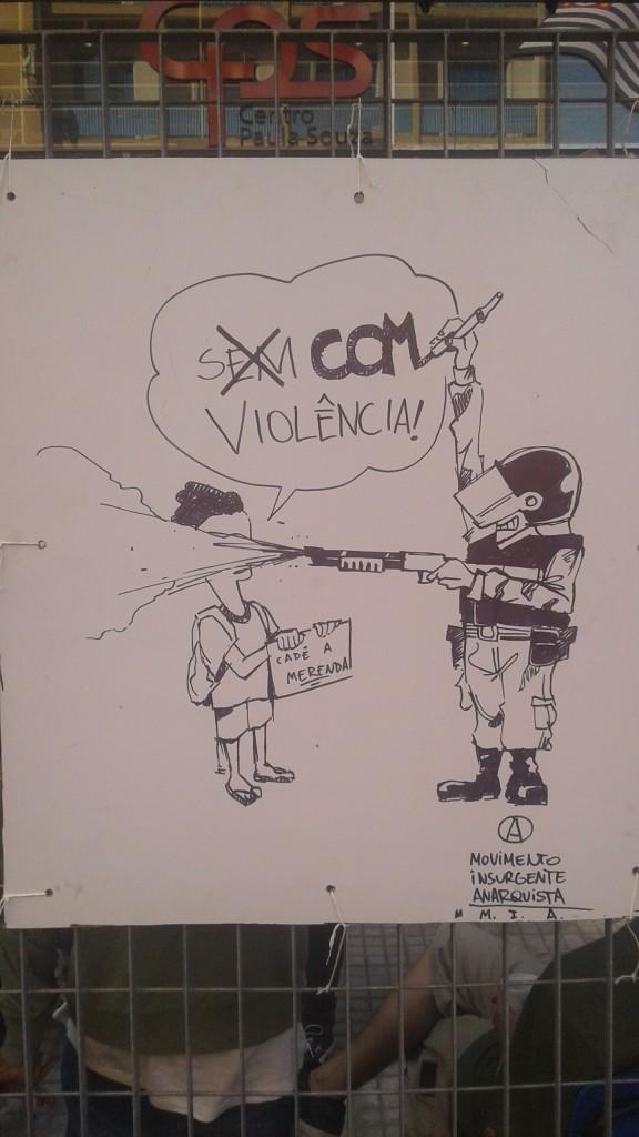 Charge pregada pelos estudantes do portão do Centro Paula Souza. (Foto: Ivan Longo)