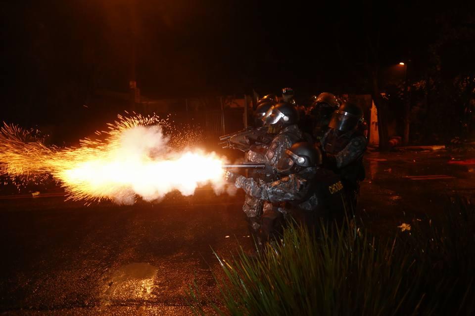 Tropa de Choque da PM ataca acampamento próximo a residência de Temer. (Foto: Paulo Ermatino)