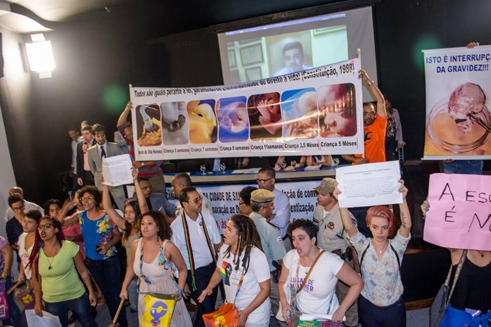 Feministas relataram agressão física e verbal dos parlamentares. (Foto: Reprodução/Facebook Hilton Coelho)