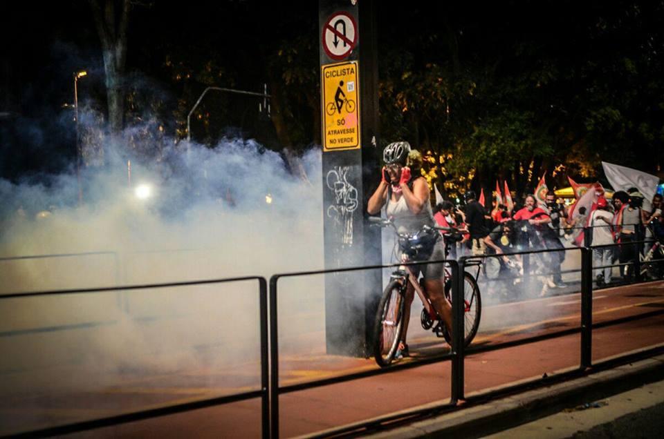Bomba de gás atinge ciclista que passava pela avenida Paulista. (Foto: Christian Braga/Jornalistas Livres)