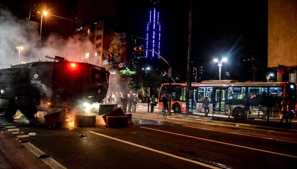 """Tropa de Choque utilizou o tanque conhecido como """"caveirão"""" para avançar contra os manifestantes. (Foto: Christian Braga/Jornalistas Livres)"""