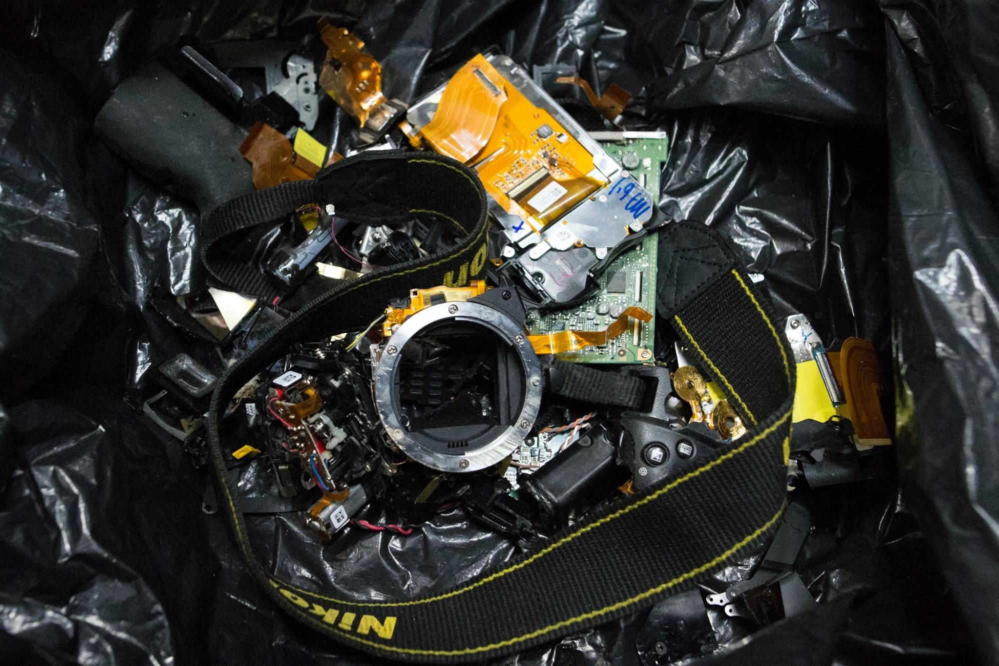Foto mostra o equipamento de Vinicius completamente destruído. Crédito: Ignacio Aronovich