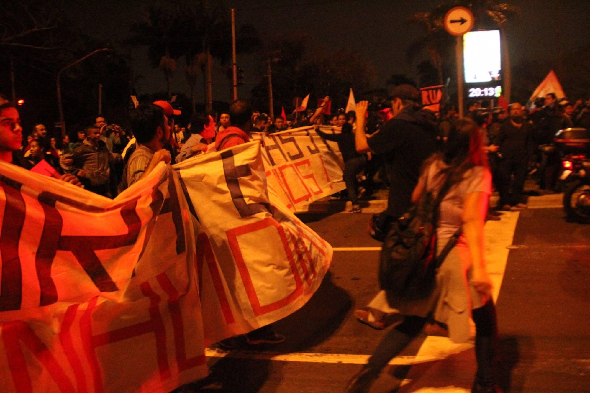 Manifestantes seguem pela Pedroso de Morais para a casa de Michel Temer