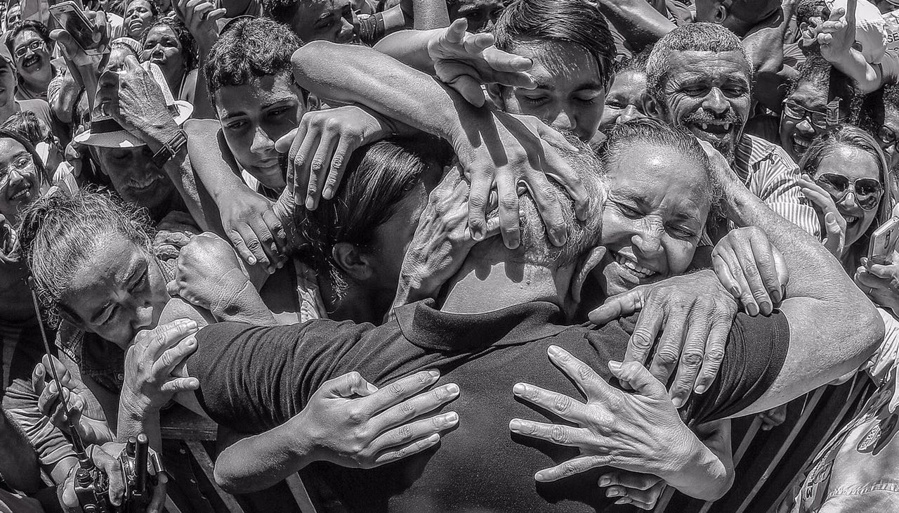 Resultado de imagem para foto de lula nos braços do povo