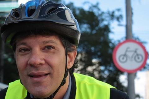 SP - HADDAD/DIA MUNDIAL SEM CARRO - GERAL - O prefeito Fernando Haddad vai ao trabalho de bicicleta nesta manhã de segunda-feira (22), devido ao Dia Mundial Sem Carro, em São Paulo, SP. 22/09/2014 - Foto: LUIZ CLAUDIO BARBOSA/FUTURA PRESS/FUTURA PRESS/ESTADÃO CONTEÚDO