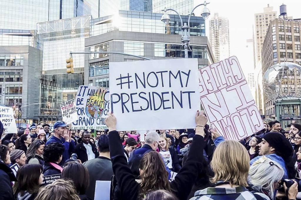 Manifestação em Nova Iorque anti-Trump nesta segunda-feira (20), feriado do Dia dos Presidentes (Foto: Nei Valente/Mídia NINJA)