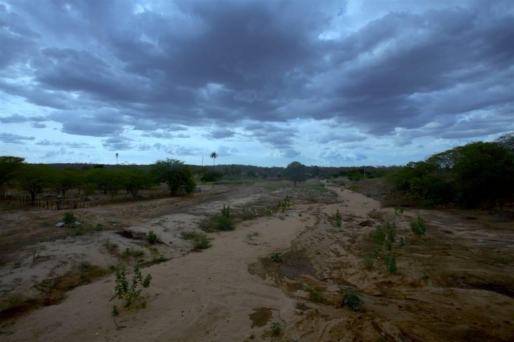 A cada quilometro distante de João Pessoa a paisagem vai ficando um pouco mais árida e é possível a cruzar com rios completamente secos