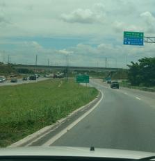 A estrada até Campina Grande está uma maravilha. Toda duplicada. Obra concluída no governo Lula, que fez sua maior parte. A paisagem está toda verde após a primeira chuva que anuncia o inverno no Nordeste.