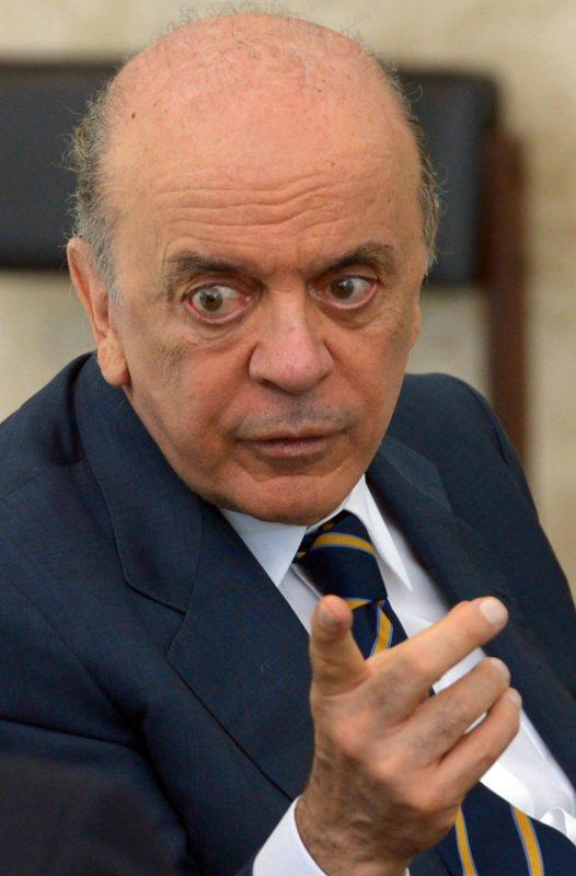 Governo segura investigação contra Serra, diz Lauro Jardim