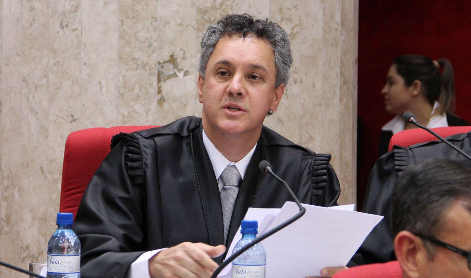 LOGO APOS O TRF-4 EMITIR NOTA QUE LULA NÃO SERÁ PRESO IMEDIATO, O CONDENADO NÃO IRÁ A PORTO ALEGRE
