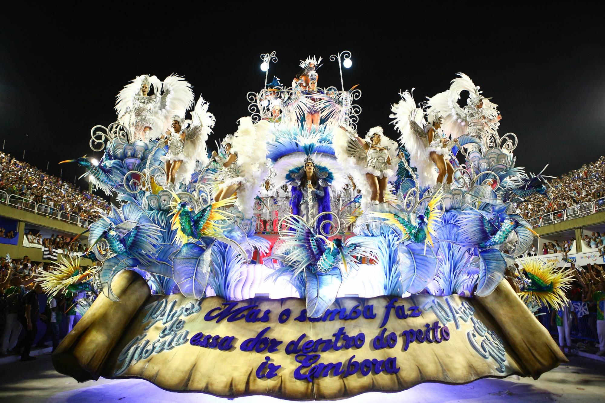 'Hino do socorro', diz Claudia Raia sobre desfile da Beija-Flor