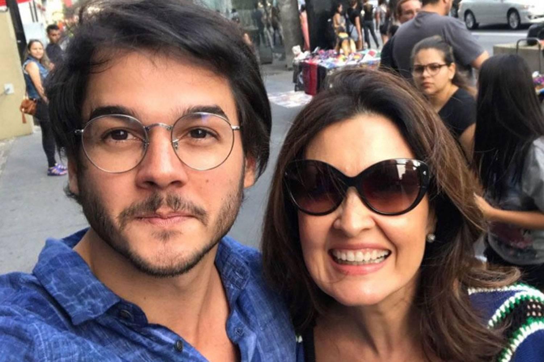 Namorado de Fátima Bernardes vende cerveja em bloco