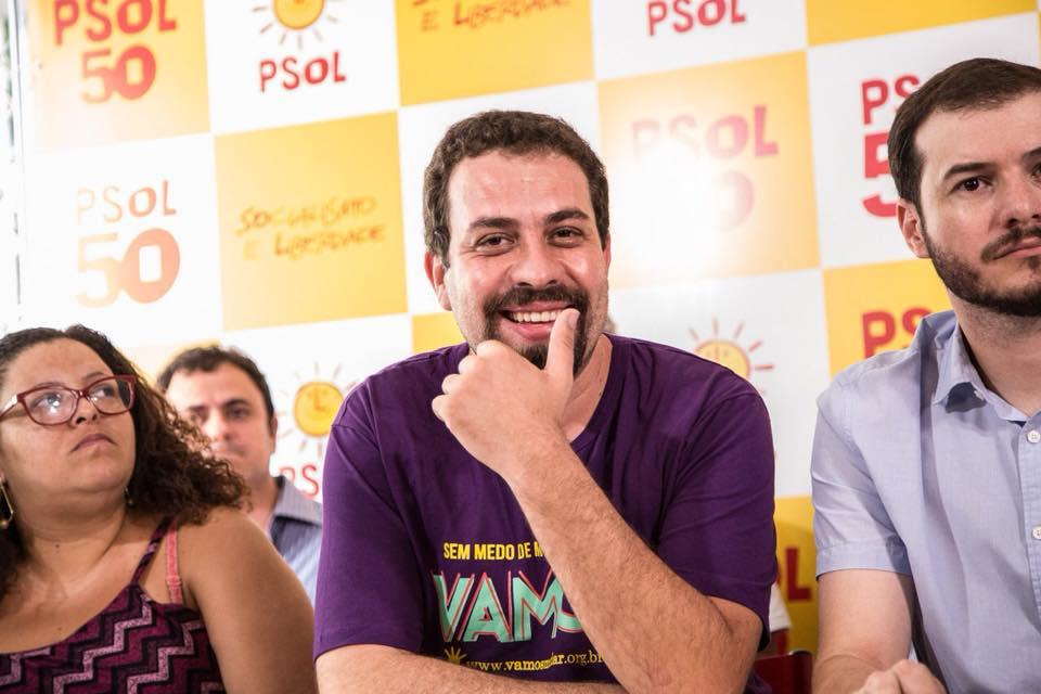 """Boulos ironiza ausência de Bolsonaro em debate: """"Posa de valentão, mas se esconde embaixo da mesa"""""""