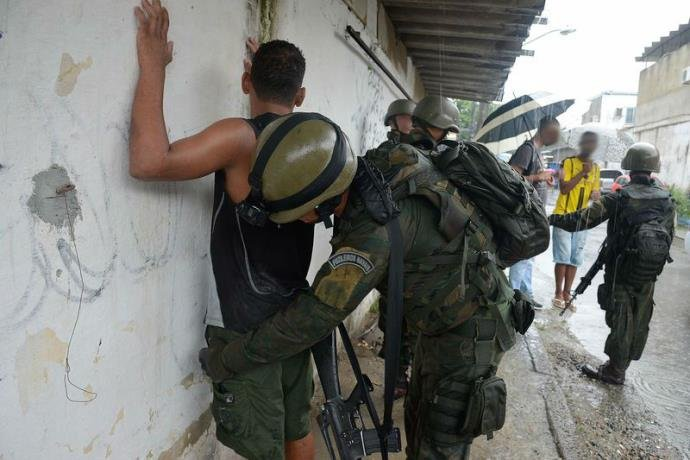 """""""Publicidade macabra"""": Violência no RJ explode um ano após intervenção federal"""