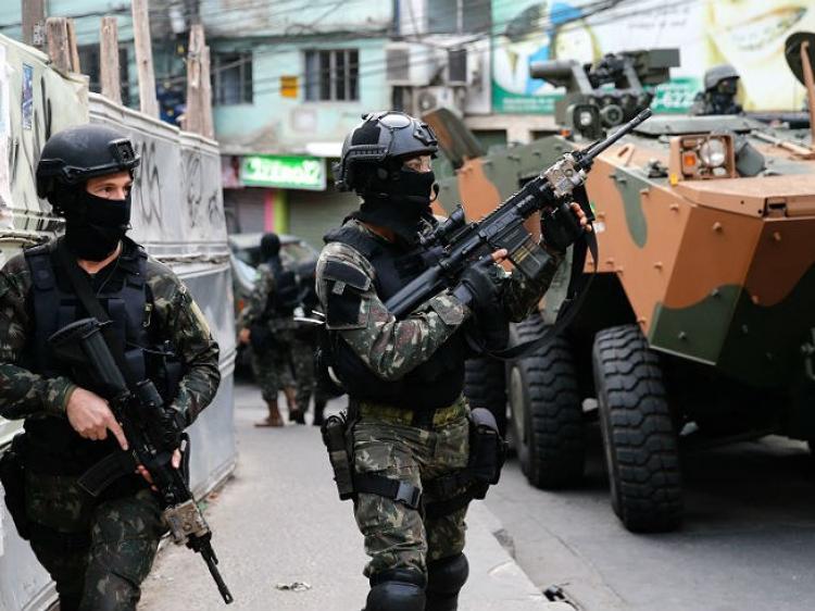 Após cinco meses de intervenção no Rio, chacinas aumentam e apreensão de fuzis diminui