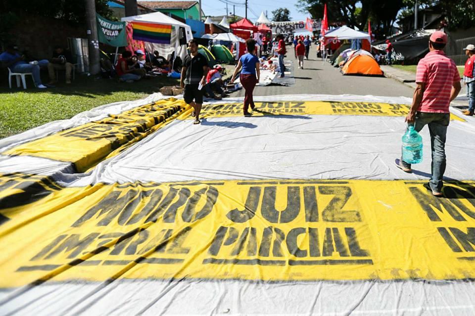 Justiça fixa multa diária para manifestantes pró e contra Lula no Paraná
