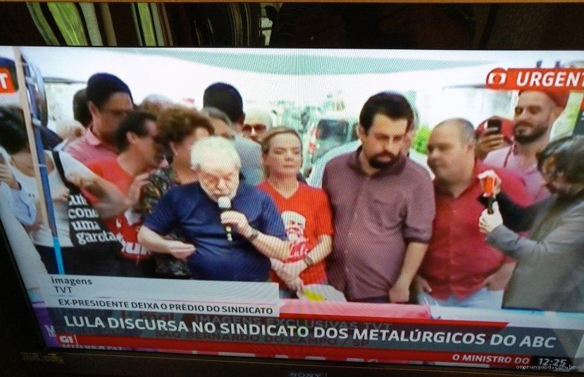 Vantagem eleitoral de Lula cai após prisão, diz Datafolha