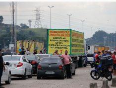 Caminhoneiros mantêm rodovias paralisadas e país pode entrar em caos a partir de hoje