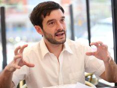 Deputado espanhol faz discurso em favor de Lula e o cita como exemplo de resistência. Vídeo