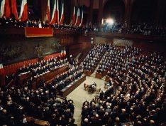 Italianos esperam formação de novo governo