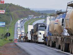 """""""Essa é a pior crise de todas"""", diz caminhoneiro com 48 anos de estrada"""