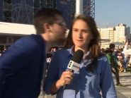 """Torcedor assedia repórter da Globo com beijo e ela reage: """"Respeito"""""""