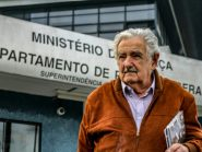 """Mujica diz que Lula, apesar de mais magro, está com """"bom ânimo"""" e preocupado com o Brasil"""