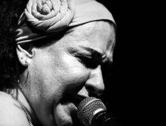 """Adriana Passos dedica CD """"Sal do Samba"""" à obra da família"""