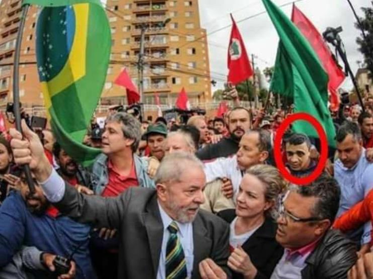 Política desmistificada  Foto que mostra agressor de Bolsonaro ao ... 8db80a6e32b2b