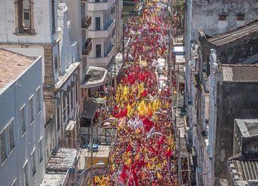 Milhares tomam as ruas de Recife para ver Haddad e Manuela