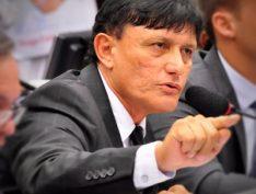 """Deputado faz gesto de arma para manifestantes durante sessão do """"Escola sem Partido"""". Vídeo"""